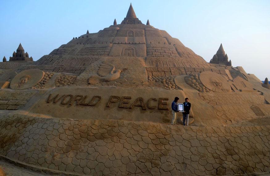 वाळूच्या शिल्पातून जागतिक शांततेचा संदेश