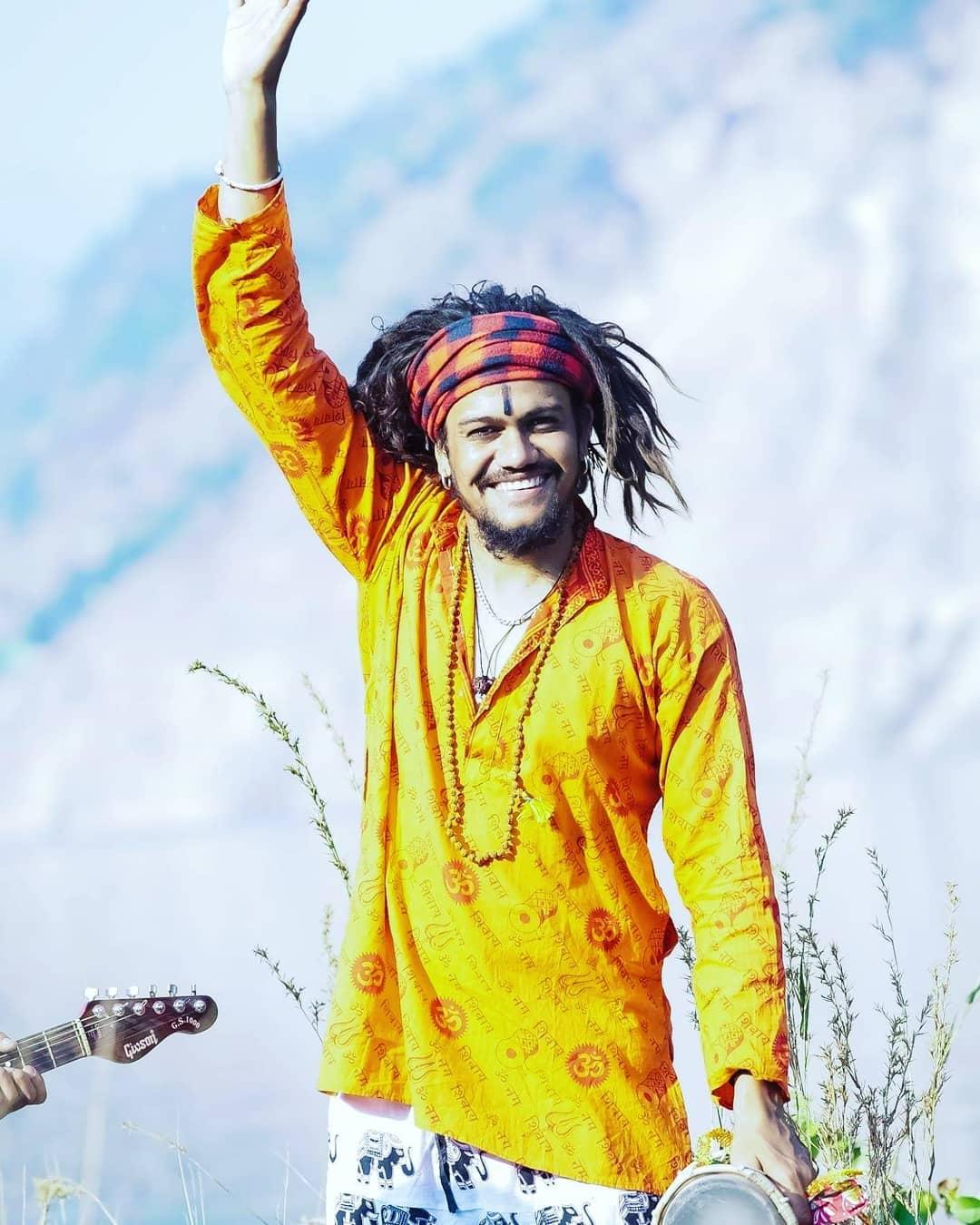 गायक सुरेश वर्मा यांच्या सल्ल्यावरुन गाण्याची सुरुवात केली होती. त्यानं सुरेश वर्मा यांन गाणं लिहायला सांगितलं होतं ज्यानंतर भोला है भंडारी तयार झालं. ज्याला हंसराजनं आवाज दिला.