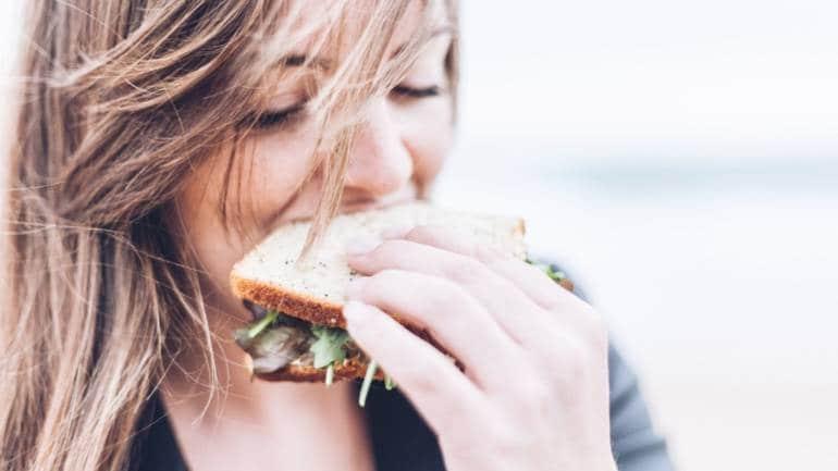 उभं राहून खाल्याने आपल्या शरीराला योग्य ते पोषक घटकही मिळत नाहीत. त्यामुळे नेहमी प्रयत्न करा की तुम्ही जमिनीवर बसून जेवाल. तेच आरोग्यदायी असतं.