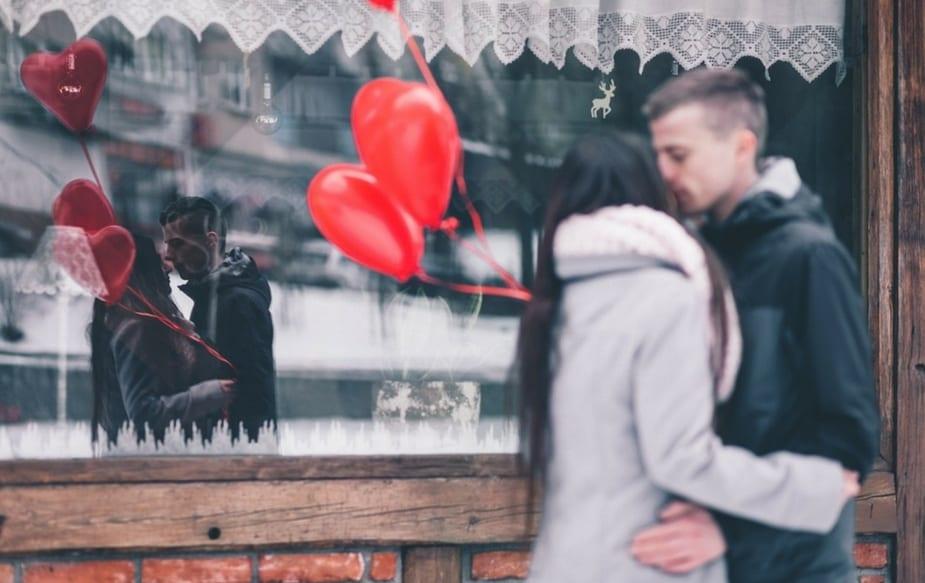 जर तुमच्या नात्यात प्रेमच नसेल तर बाकी सर्व नाती निरर्थक ठरतात. पत्नीसाठीचं प्रेम आणि आत्मियता तुम्ही सांगत रहाल तर तुमच्यातलं प्रेम कधीच कमी होणार नाही.