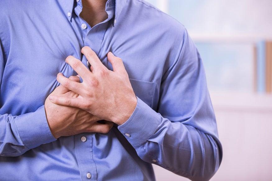 जास्त दिवस कफ, छातीत दुखणं अशी समस्या असल्या फुफ्फुस कॅन्सरची शक्यता नाकारता येत नाही. हे दुखणं खांद्यापर्यंत जाणवतं.