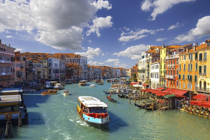 इटली- इथे तुम्ही वर्तमान आणि भूतकाळचं सुरेख मिश्रण पाहू शकता. चविष्ट जेवण, उत्तम सामाजिक जीवन हे इथलं मुख्य आकर्षण आहे. इथे एकदा आलेला व्यक्ती आयुष्यात दुसऱ्यांदाही जातोच अशी या देशाची खासियत आहे.