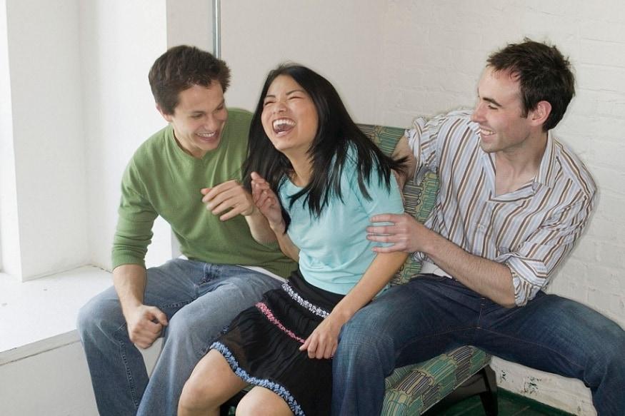 बायकोच्या अनुपस्थितीत नवऱ्याला अनेकदा मित्रांसोबत पार्टी करण्याची आयती संधी मिळते आणि तो या संधीचा पुरेपूर वापर करतो. बायको घरी असताना मित्रांना पार्टीसाठी बोलवणं प्रत्येकवेळी शक्य होतं असं नाही. पण जेव्हा संधी मिळते नवरा त्याचं सोनं करतो.
