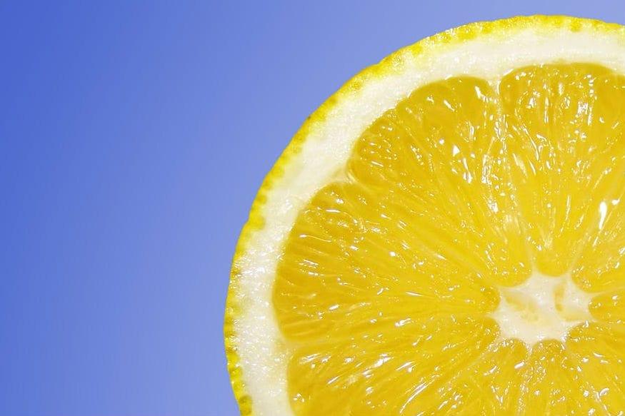 व्हिटॅमीन सी- संत्री, लिंबू किंवा सगळ्या आंबट रस असणाऱ्या पदार्थांमध्ये व्हिटॅमिन सीचं प्रमाण मोठ्या प्रमाणात असतं. हे पदार्थ श्वासातील दुर्गंधी कमी करण्यास मदत करते. 'व्हिटॅमिन सी'ला 'बॅक्टेरिया-फाइटिंग' पदार्थ असेही म्हणतात.