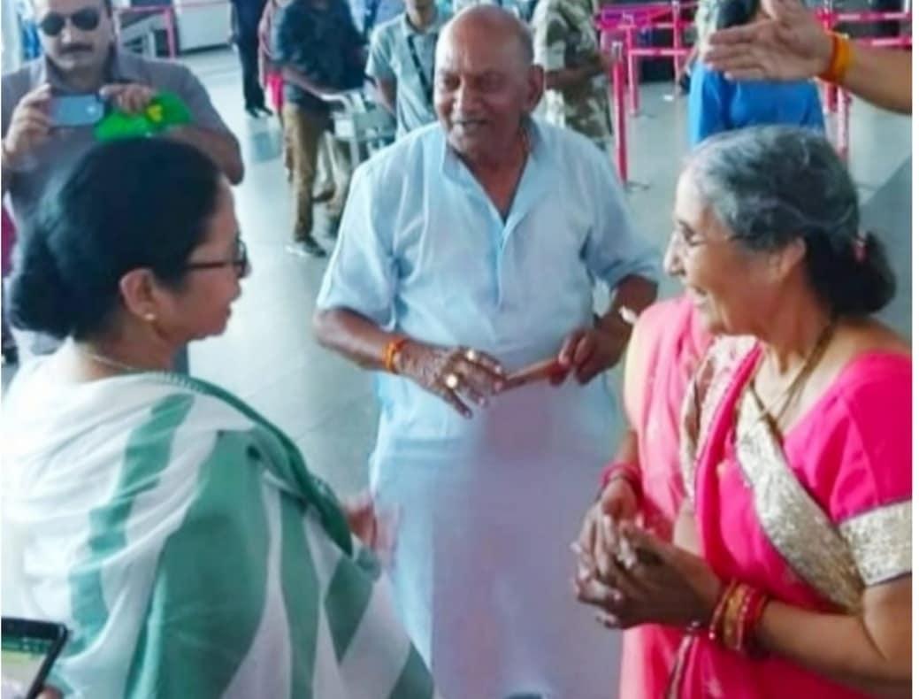 कोलकत्ता, 18 सप्टेंबर : पश्चिम बंगालच्या मुख्यमंत्री ममता बॅनर्जी यांची मंगळवारी अचानक पंतप्रधान नरेंद्र मोदी यांच्या पत्नी जशोदाबेन यांच्याशी कोलकत्ता विमानतळावर भेट झाली. त्यांच्या या अचानक भेटीचा फोटो सध्या सोशल मीडियारव व्हायरल होत आहे.