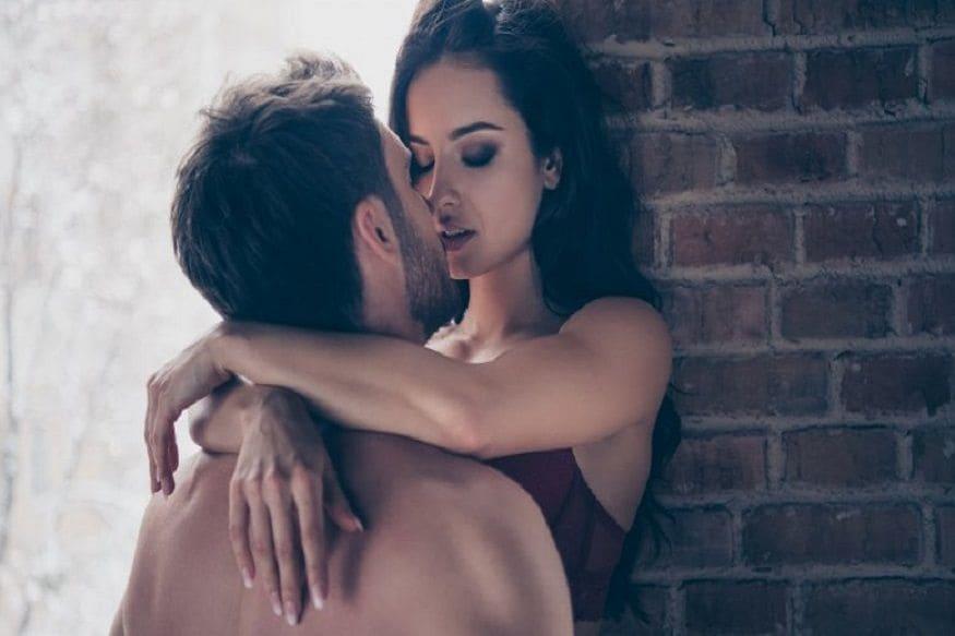 लग्नानंतर अनेक गोष्टींकडे लक्ष देणं फार महत्त्वाचं असतं. एक छोटीशी चूकही तुमच्या नात्यावर विपरित परिणाम करू शकतं. अनेकदा लग्नानंतर पती- पत्नीच्या झोपण्याच्या पद्धतीवरही त्यांचं वैवाहिक जीवन अवलंबून असतं.
