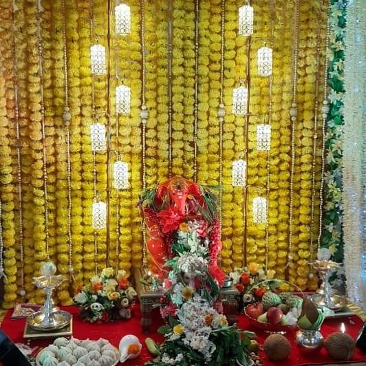 टीव्ही अभिनेता सुयश टिळक याच्या घरी आलेले बाप्पा आणि फुलांची सुंदर आरास...