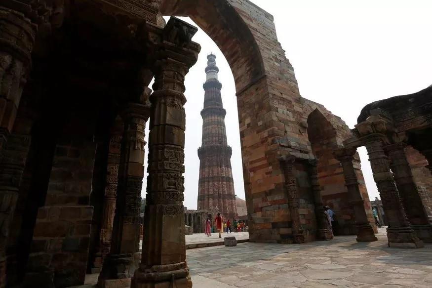 कुतूब मिनार - कुतुबुद्दीन ऐबकाने मोहंमद घोरीला पराभूत करून दिल्लीवर आपले साम्राज्य स्थापित केलं. या शानदार विजयाचे प्रतीक म्हणून कुतुब मिनार बांधण्यात आला. कुतुबुद्दीन ऐबकाच्या नावावरून त्याला कुतूब मिनार असे संबोधले जाते.