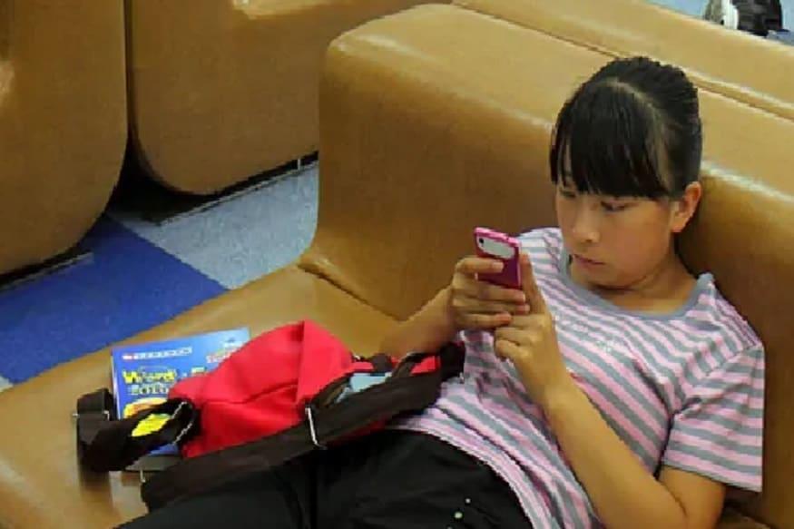 संशोधनानुसार 54 टक्के लोकांना पाठदुखीचा त्रास जाणवल्याचं समोर आलं. स्मार्टफोन वापरताना 60 अंश डिग्रीपेक्षा जास्त मान वाकवून पाहिल्यानं हा त्रास होते. यामुळे आपला मणका सतत वाकलेल्या अवस्थेत राहतो आणि दुखायला लागतो.