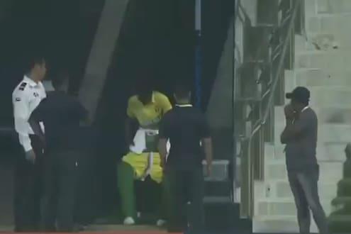 Live सामन्यात मैदानाबाहेर धावत सुटला फलंदाज आणि उतरवली पॅंट, पाहा VIDEO