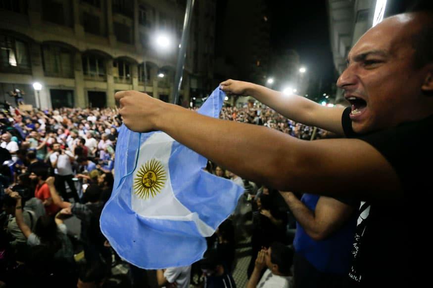 सर्वात वाईट अवस्थेच्या दुसऱ्या स्थानावर अर्जेंटीना हा देश आहे. मंदी, महागाई, कर्ज आणि आर्थिक समस्या या आणि अशा इतर अनेक संकटांशी हा देश लढत आहे.