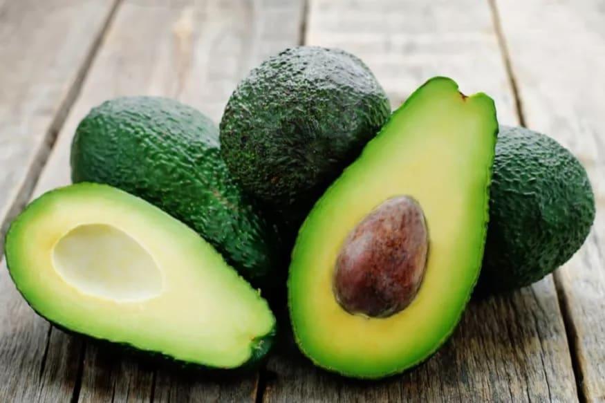 अॅवोकॅडो - हे फळ त्वचेसाठी सर्वात उत्तम आहे. यामुळे त्वचा हेल्दी आणि मुलायम राहण्यास मदत होते. अॅवोकॅडोमध्ये असे न्यूट्रिएंट्स असतात, जे अँटी एजिंग म्हणून काम करतात. याचा वापर तुम्ही फेस पॅक, मास्क म्हणून करू शकता.