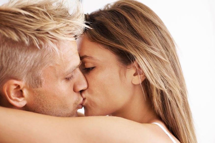 सेक्स करण्याआधी  दोघांनी एकमेकांना पुरेसा वेळ दिला पाहिजे. ऐकमेकांच्या मिठीत राहणं, बोलणं अशा गोष्टी आवश्यक असतात.