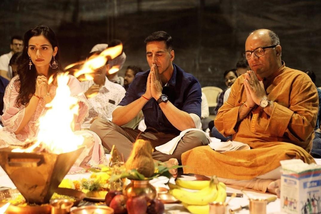 अक्षय कुमारचा 'पृथ्वीराज' हा ऐतिहासिक सिनेमा पुढच्या दिवाळीला प्रेक्षकांच्या भेटीला येत आहे आणि या सिनेमातून मिस वर्ल्ड 2017 मानुषी छिल्लर बॉलिवूडमध्ये पदार्पण करणार आहे. या सिनेमासाठी निर्मात्यांनी 105 कोटीं लावल्याचं समजतं.