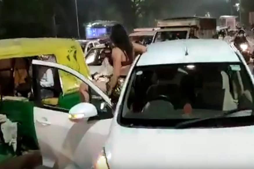 काही लोकांनी पोलिसांना फोन केल्यावर शेवटी पोलीस घटनास्थळी दाखल झाले.