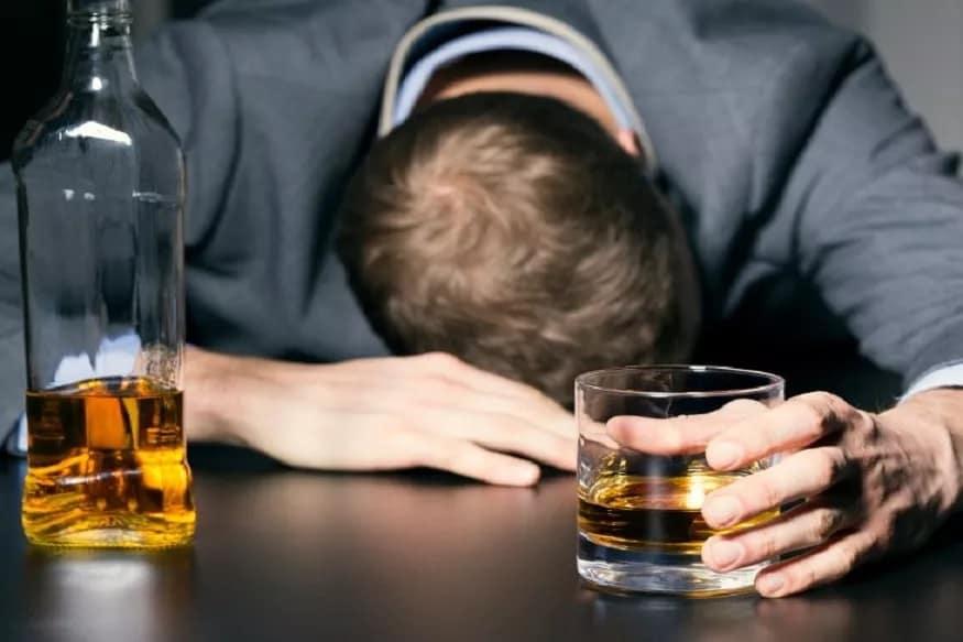 अतिमद्यपान आणि धूम्रपान म्हणजे उच्च रक्तदाबाला निमंत्रणच असते.त्यामुळे शक्यतोधूम्रपानआणि मद्यपान करणं शक्यतो टाळावं.