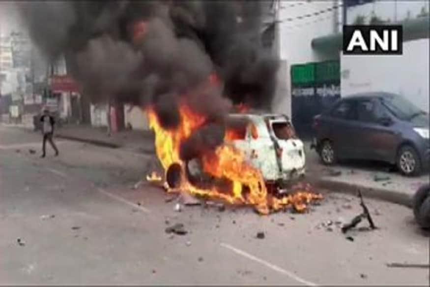 लखनौत पोलीस चौकी पेटवून देण्यात आली. पत्रकारांच्या गाड्याही जाळल्या.