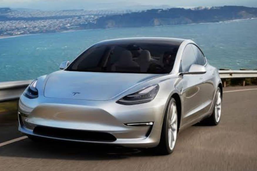 Tesla Model 3 (टेस्ला मॉडेल 3)- या कारची किंमतही 27 लाखांपेक्षा जास्त आहे. शानदार लूक असलेल्या या कारमध्ये दमदार फिचर्स आहे.