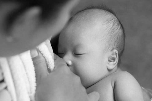 आईचं दूध कोरोनाव्हायरसपासून संरक्षण देऊ शकतं का?
