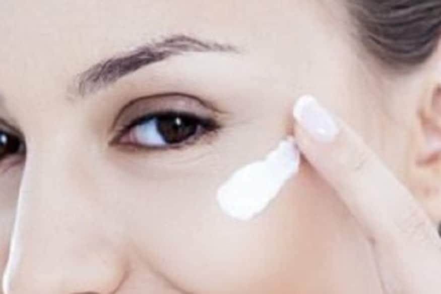 काही सनस्क्रिन आहेत ज्या ग्रीन लाइटपासून त्वचेला होणारं नुकसान कमी करतात त्यांच्याही तुम्ही वापर करू शकता.