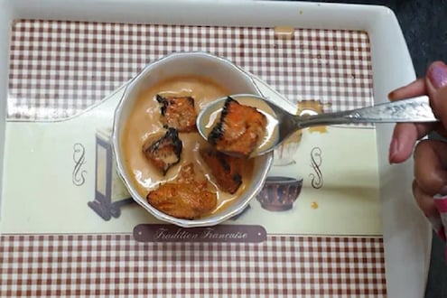 वेडेपणाचा कहर! चहासोबत तरुणीनं खाल्लं चिकन, VIDEO VIRAL