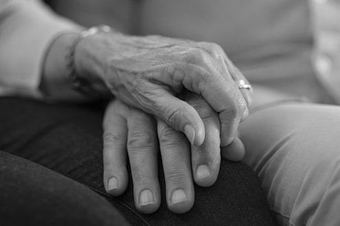 जीवनाचा दुःखद शेवट, वृद्ध पत्नीने किचनमध्ये तर पतीने बेडरूममध्ये घेतला गळफास
