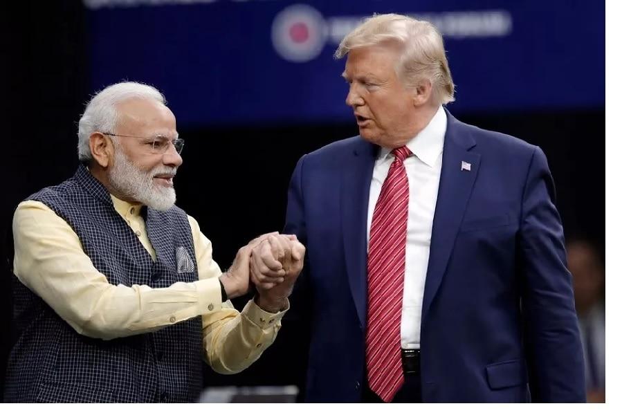 अमेरिकेचे राष्ट्राध्यक्ष डोनाल्ड ट्रम्प (USA President, Donald Trump) यांचा भारत दौरा सुरू व्हायला अवघे 2 दिवस बाकी आहेत. ट्रम्प यांच्या कुटुंबाचं स्वागत करण्यासाठी जोरदार तयारी सुरू आहे. त्यातच हिरे, रत्न आणि मोत्यांमध्ये (Diamond & Gems) देश आणि जगभरात आपली वेगळी ओळख निर्माण करणाऱ्या राजस्थानलाही (Rajasthan) ट्रम्प भेट देणार आहेत. ट्रम्प यांच्या या दौऱ्यामध्ये राजस्थानची (Key role) महत्वाची भूमिका बजावणार आहे. राजस्थानच्या अरूण ग्रुपने पुन्हा एकदा ट्रम्प यांच्या भारत दौऱ्या दरम्यान त्यांच्या जेवणासाठी खास विशेष लक्झरी सोन्या-चांदीच्या कटलरी आणि टेबलवेयर तयार केले आहेत.. बघा हे PHOTOS