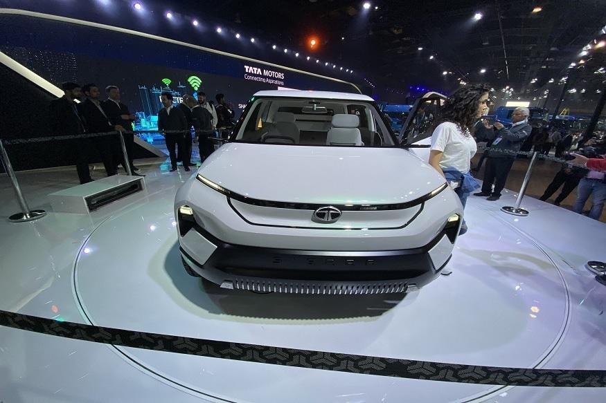 टाटा सिएरा (TATA Sierra) समोरून पाहिली तर, खूपच आकर्षक दिसते. कारला अग्रेसिव्ह लूक देण्यात आला आहे. यावेळी देश-विदेशातील दिग्गज ऑटोमोबाईल कंपन्यांनी आपल्या नवीन कार ऑटो एक्सोमध्ये आणल्या आहेत.