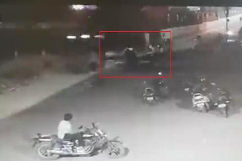एका क्षणाचा विलंब जीववर बेतला असता, 3 सेकंदात काय घडलं पाहा CCTV VIDEO