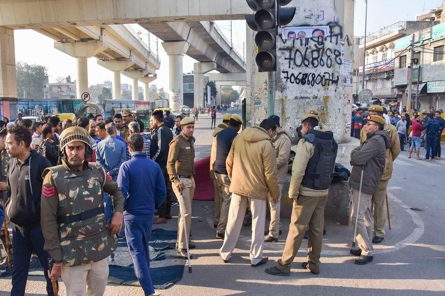 दिल्ली हिंसाचार विरोधात मुंबईतील मरीन ड्राईव्ह परिसरात रात्री काही लोक आंदोलनाला बसली होती. हे प्रदर्शन शांतूपर्वक होतं. यावेळी पोलिसांनी काही लोकांना ताब्यातदेखील घेतलं.