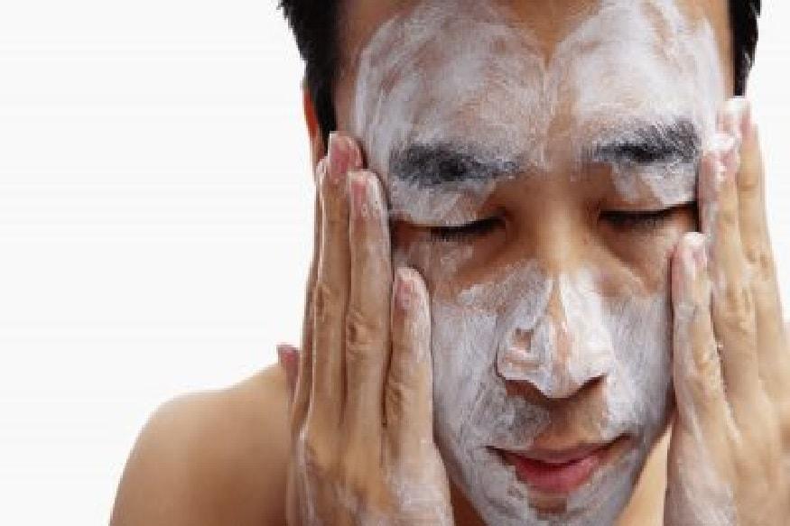 चेहऱ्याची स्वच्छता राखा – फेसवॉशचा वापर करा कारण त्याने तुमची त्वचा ताजीतवानी होते. हे घटक मळ काढून टाकतात आणि चेहऱ्यावरील छिद्रे मोकळी करतात. कोणत्याही साबणाने तुमचा चेहरा धुणे शक्यतो टाळावे. त्याचप्रमाणे जास्त खसखसून चेहरा धुवू नका.
