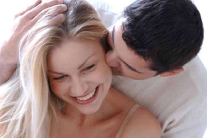 कानांवर kiss करण्य़ामागचा अर्थ- सेक्शुअल इन्टेशन दाखवण्यासाठी कानांवर किस केलं जातं. पण या किसचा प्रभाव पूर्णपणे किस करणाऱ्यांच्या हेतूवर अवलंबून असतो.