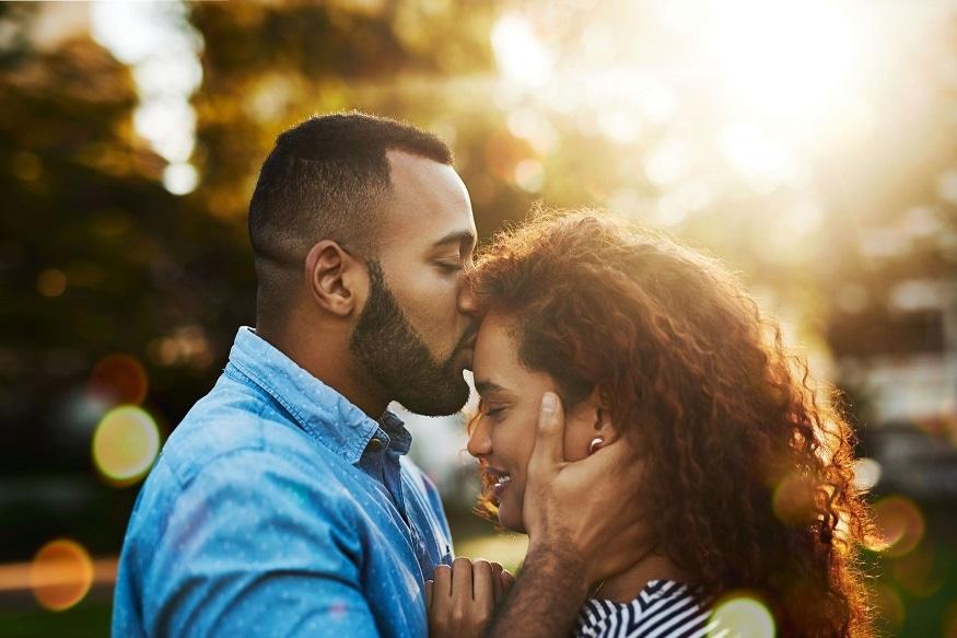 कपाळावर kiss करण्य़ामागचा अर्थ- प्रेम, जिव्हाळा, आपुलकी दर्शवण्यासाठी कपाळावर kiss केलं जातं. काही वेळा नात्यामधील भावनिक क्षणांवेळी कपाळावर Kiss केलं जातं.
