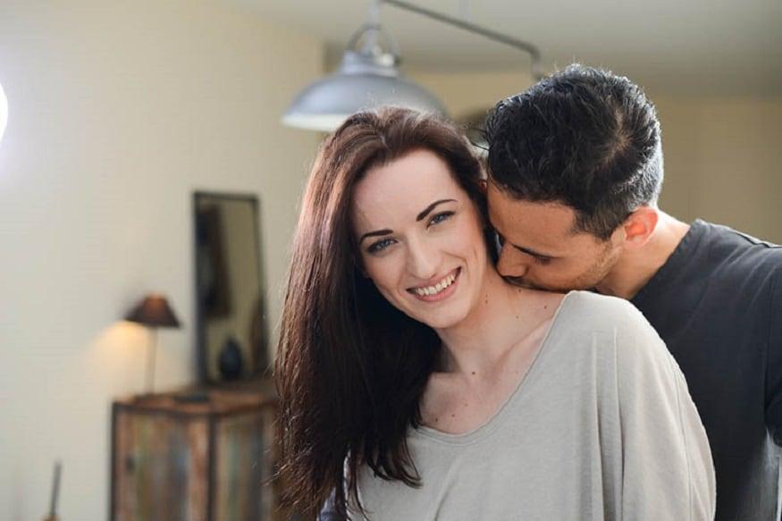 मानेवर kiss करण्य़ामागचा अर्थ- शारीरिक आकर्षण दाखवण्यासाठी कॉलरबोनवर Kiss केलं जातं.