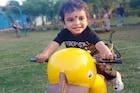 मैदानात खेळत होता 2 वर्षांचा चिमुरडा, सापाने पायावर केला दंश!