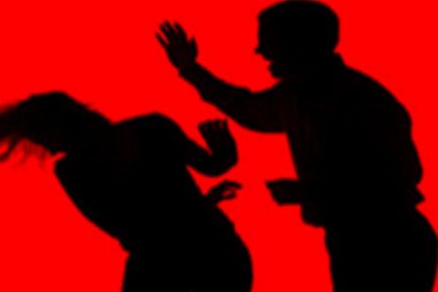 बायकोला मारताना मुलगा रडत होता, बापाने त्यालाही बॅटने मारले, चिमुरड्याने सोडला जीव