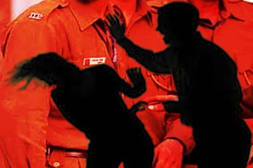 पोलिसाने घरातच केली खुनी थर्ड डिग्री; पत्नी, मुलगा-मुलीला हातोड्याने वार करून संपवलं