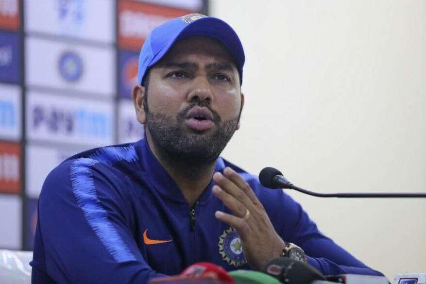 क्रिकेटर रोहित शर्मानं कोरोनाग्रस्तांसाठी 80 लाखांची मदत केली आहे.