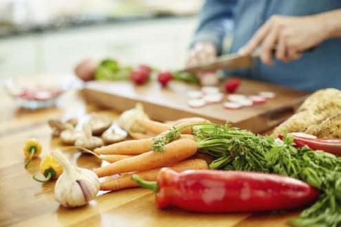 तुम्हीदेखील भाज्यांच्या साली काढता का? या 5 भाज्या सालीसकट खाणं आरोग्यासाठी उत्तम