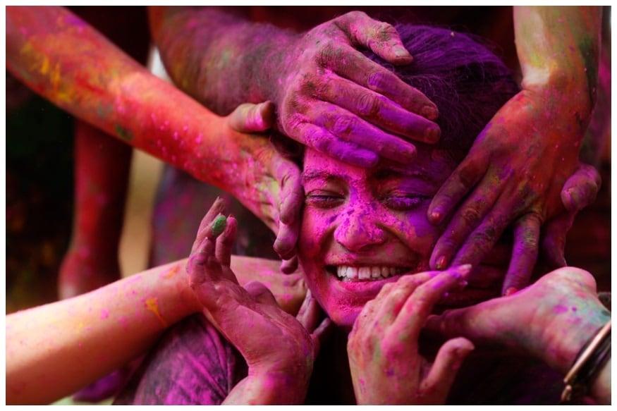 अडचणींसमोर हार मानणाऱ्यांना गुलाबी रंगांनी होळी खेळणं शुभ मानलं जातं.
