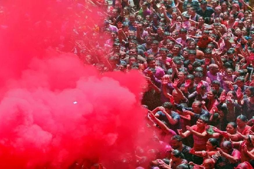 लाल रंगाने होळी खेळल्याने आरोग्य चांगलं राहतं आणि यश मिळतं. व्यापार करणाऱ्यांनी लाल रंगांनी होळी खेळणं शुभ मानलं जातं.