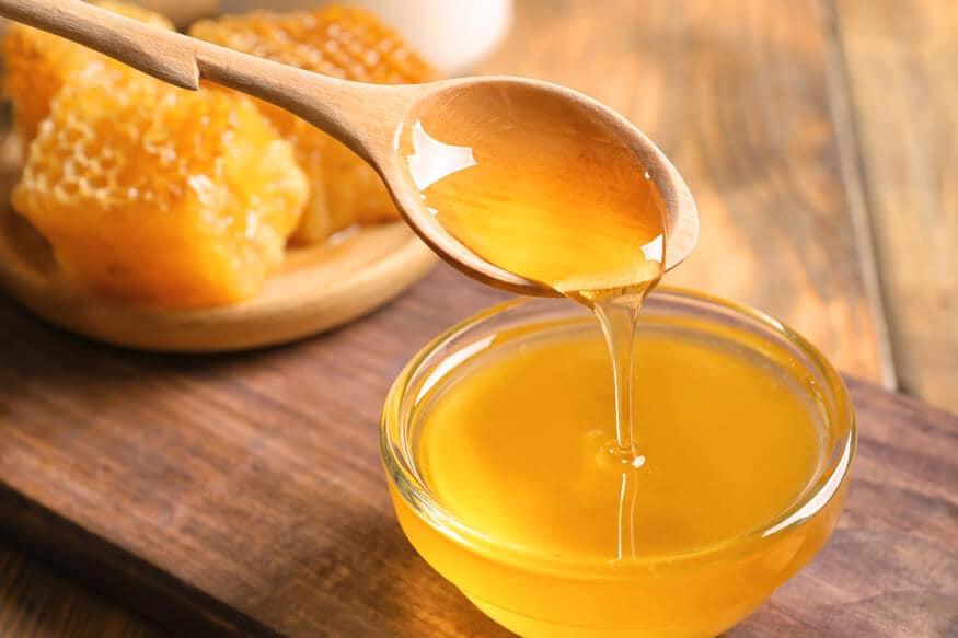 मध आणि रोझ वॉटर एकत्रितरित्या लावल्याने चेहऱ्यावर येतो. चेहऱ्यावरील पिंपल्सचे डाग, टॅनही कमी होतं. हा फेस पॅक काही मिनिटं चेहऱ्यावर लावून कोमट पाण्याने धुवा.