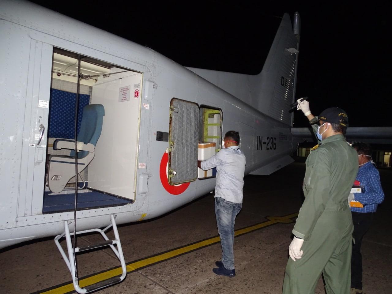 गोव्यामध्ये भारतीय वायू दल मदतीला धावून आले आहे. गोव्यामध्ये कोरोनाबाधित रुग्ण आढळून आहे.