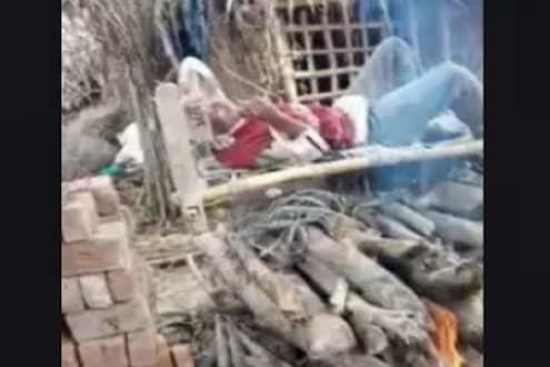 तरुणाने स्वत:ची चिता पेटवली आणि त्यावरच झोपला, वाचवण्याऐवजी लोकांनी शूट केला VIDEO