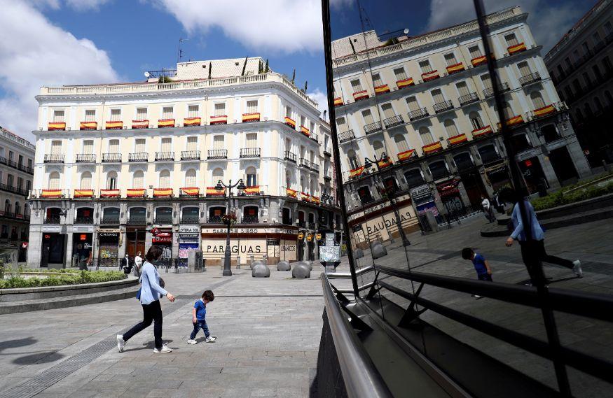 Puerta del Sol चौकात सुद्धा एक लहान मुलगा चालताना दिसत आहे. त्याच्याबरोबर एक महिला देखील आहे. (फोटो सौजन्य- Reuters)