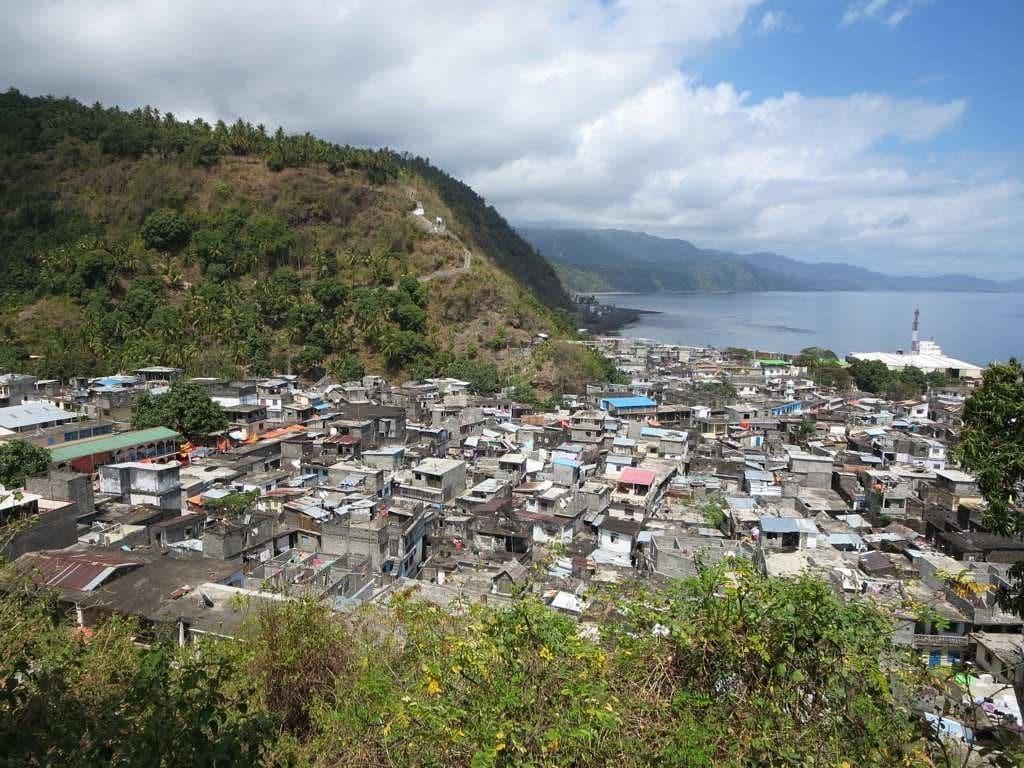कोमोरोस देशातही अद्याप कोरोना पोहोचलेला नाही. हा देश आफ्रिका खंडात येतो. हा देश ज्वालामुखी बेटांचा समूह आहे. या बेटांना परफ्यूम आयर्लंडही म्हटलं जातं. कारण या ठिकाणी सुवासिक झाडं मिळतात.