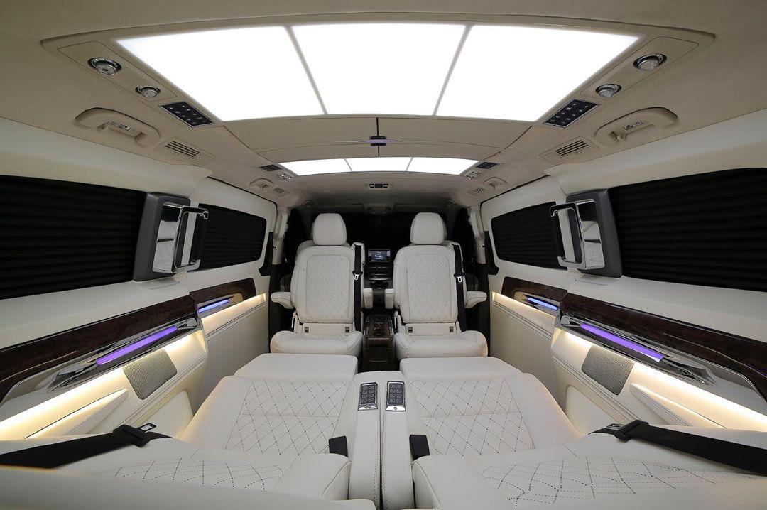 या सीट इलेक्ट्रॉनिकली कंट्रोल केल्या जाऊ शकतात. यासाठी सेंटर आर्म रेस्टवर बटण आहेत. या सीट स्वतंत्रपणेही कंट्रोल करता येतात. याशिवाय या कारमध्ये रियर फेसिंग जंप सीट सुद्धा आहेत.