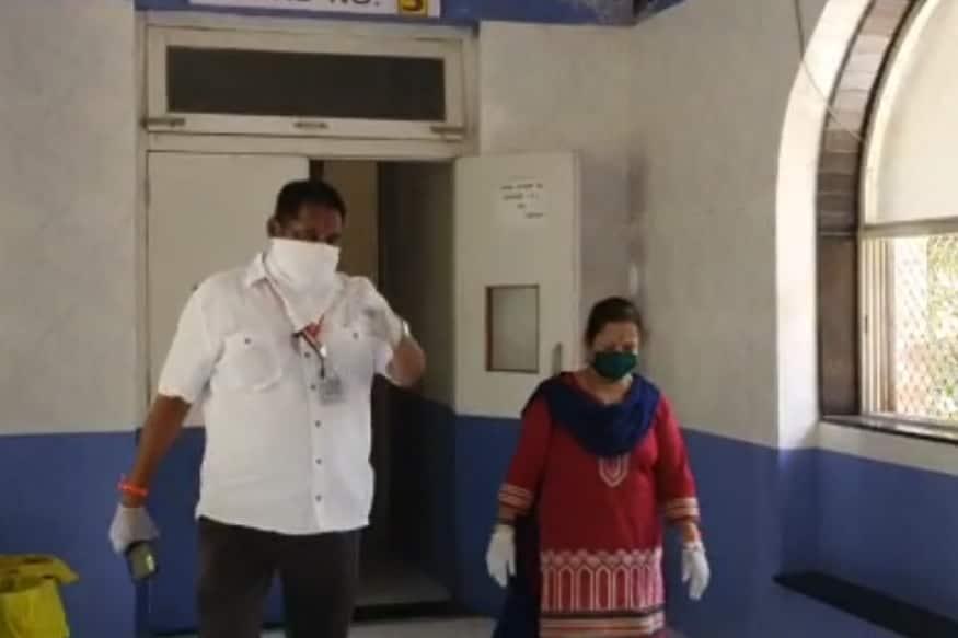 कोरोना व्हायरसनं सध्या मुंबईमध्ये हाहाकार माजवला आहे. राज्यातील सर्वांधिक कोरोना रुग्ण हे मुंबईत आहेत आणि दिवसागणिक ही आकडेवारी वाढत आहे.