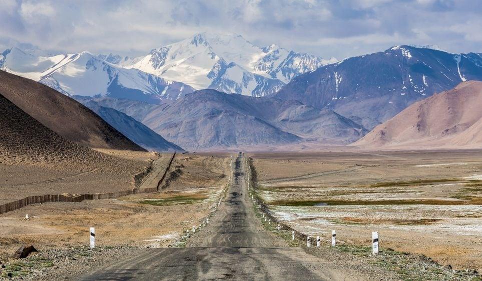 मध्य आशियातील दुसरा देश म्हणजे ताजिकिस्तान. हा देश इथल्या डोंगररांगासाठी प्रसिद्ध आहे. या ठिकाणी अनेक पर्यटक क्लायंबिंग आणि ट्रेकिंगसाठी येतात. कोरोना व्हायरसमुळे मार्च महिन्याच्या सुरुवातीलाच या देशानं जगातल्या 35 देशांना आपल्या देशात येण्यासाठी सक्त मनाई केली आहे.