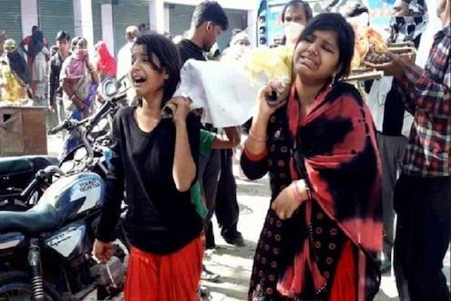 लेकींच्या खांद्यावरून बापाचा शेवटचा प्रवास, मुलींनी केले अंत्यसंस्कार